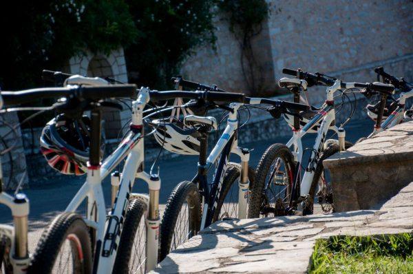 ציוד ואופניים של החברה בצפון יוון